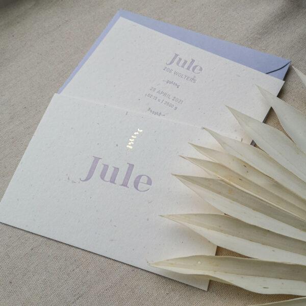 Geboortekaart van Jule gedrukt in lila kleur met een eucalyptustakje in goudfolie boven haar naam.