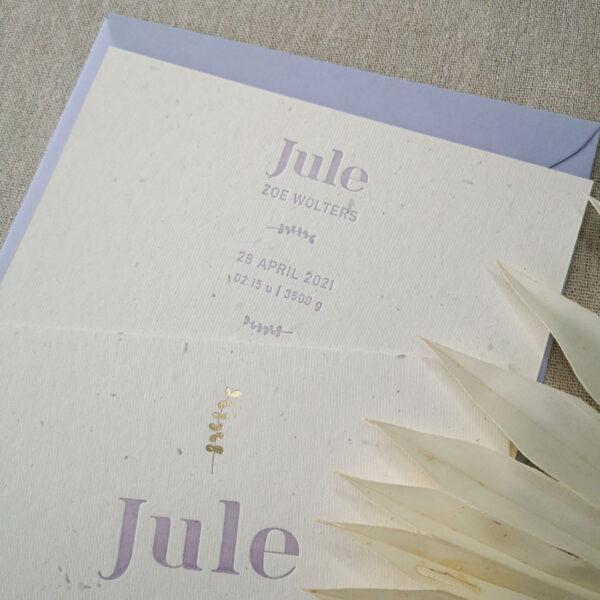 Close up van de achterkant van het geboortekaartje van Jule. De tekst is gedrukt in een lila kleur.