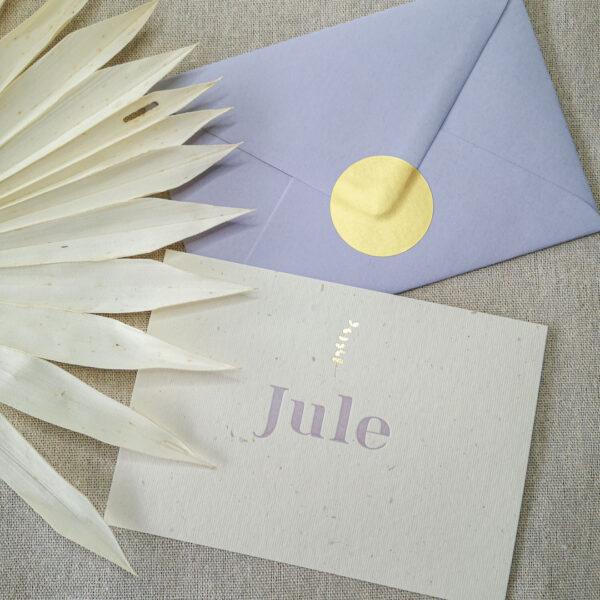 Het geboortekaartje van Jule met een lila envelop met goudkleurig sluitsticker.