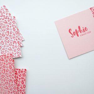 Geboortekaartje op roze papier met tijgerprint