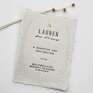 Geboortekaartje op handgeschept papier met een haasje in goudfolie