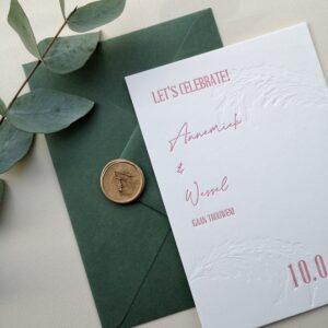 Trouwkaart met roze opdruk en een blinddruk van pampasgras