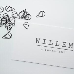 Geboortekaartje met een zwarte druppelvormige papierclip