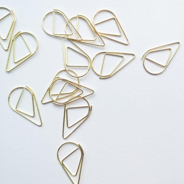 Detailfoto van gouden, druppelvormige paperclips