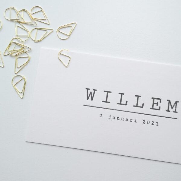 Geboortekaartje met een gouden, druppelvormige papierclip