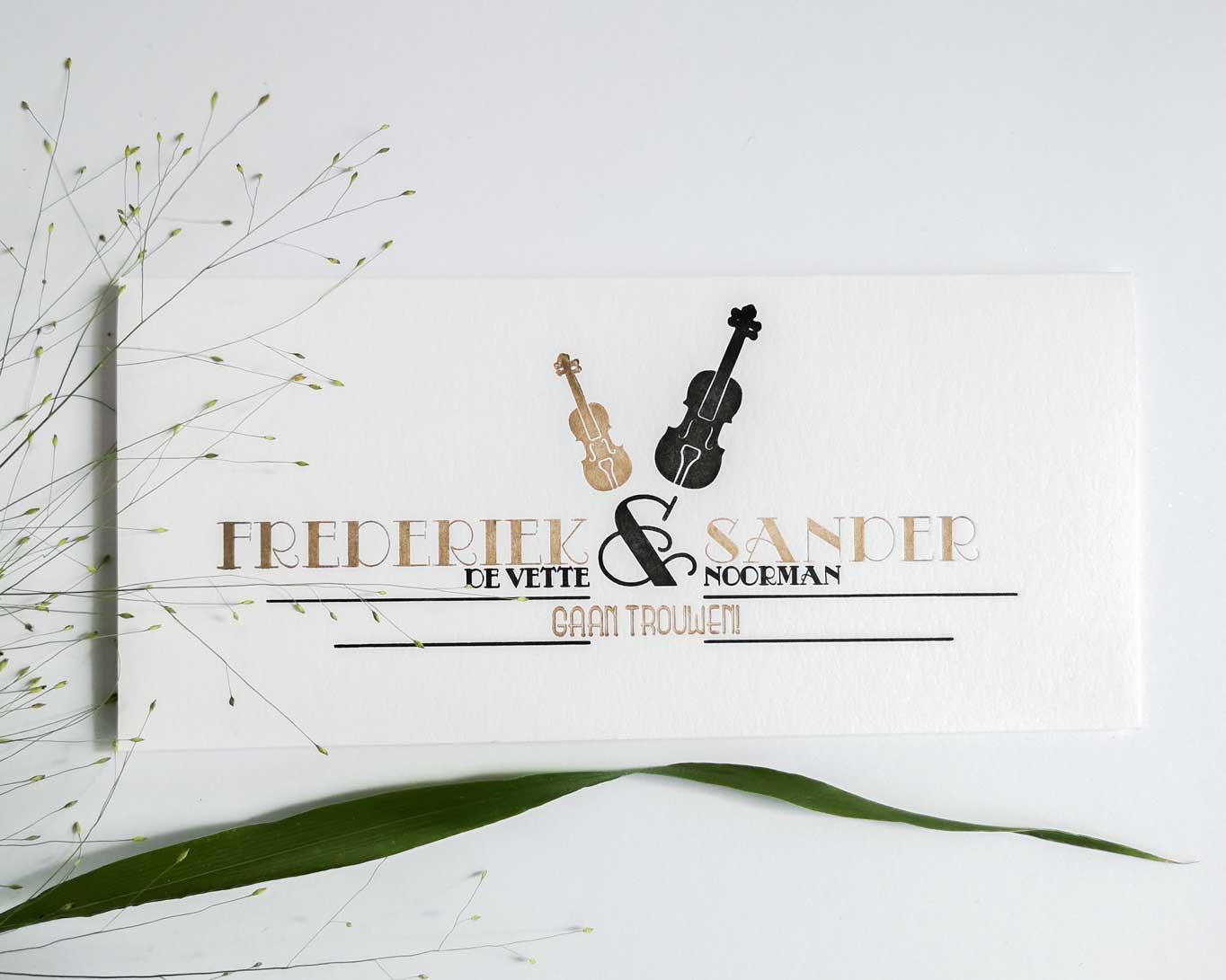 Trouwkaart Frederiek & Sander in goud en zwart gedrukt.