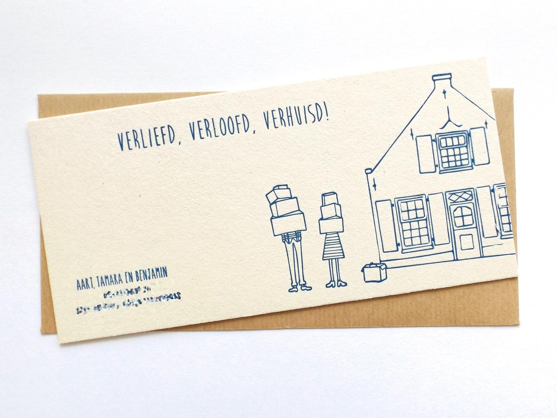 Verhuiskaart met de tekst verliefd, verloofd, verhuisd en een tekening van de bewoners en hun nieuwe huis.