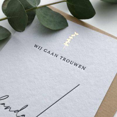 Letterpress Trouwkaart Modern Chique met Eucalyptustakje in Goudfolie
